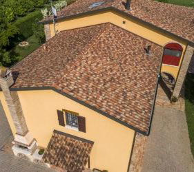 Il tetto, che utilizza i coppi originali, non riporta alcun segno del tempo