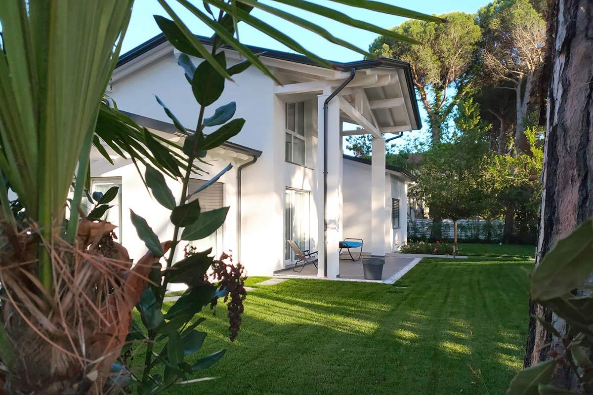 L'intramontabile bellezza di una villa in legno immersa nel verde